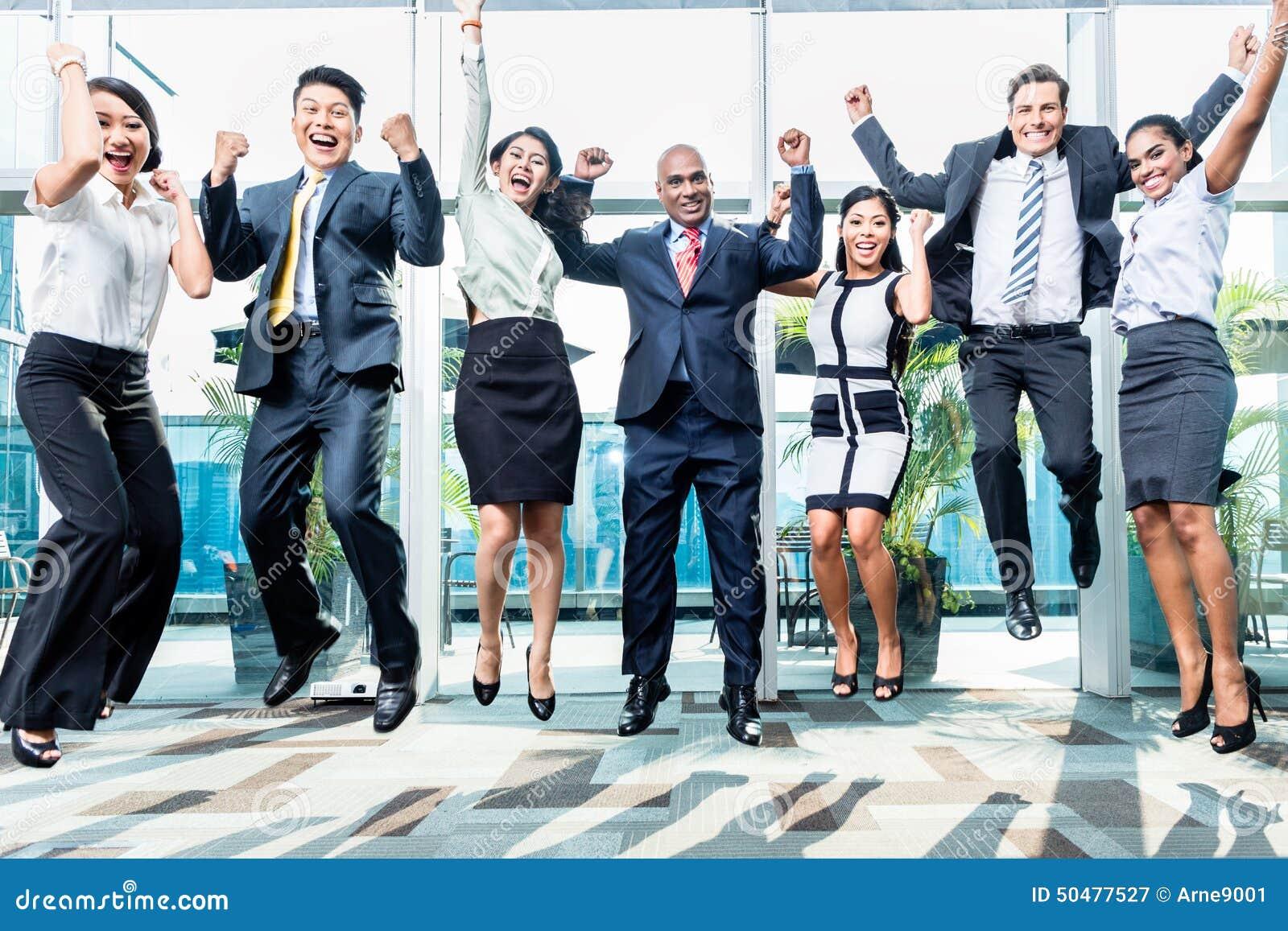 Diversiteits het commerciële team springend vieren succes