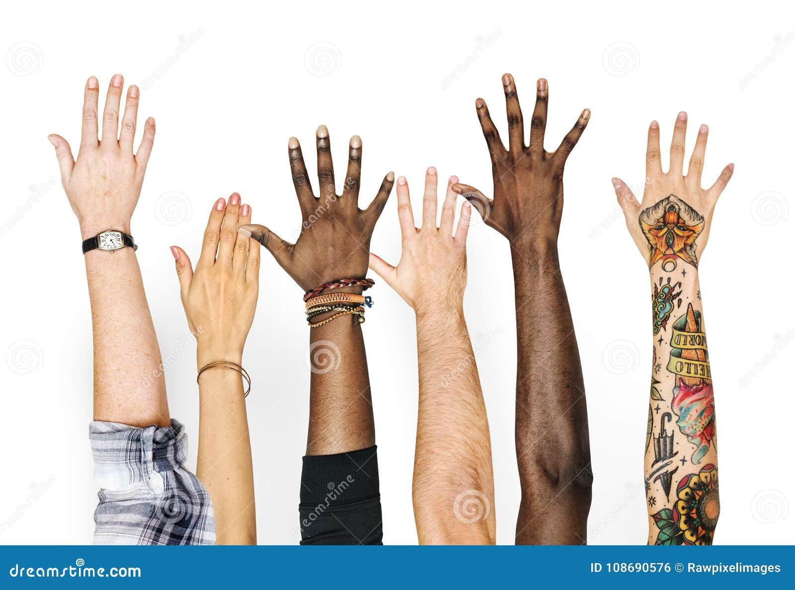 Diversiteitshanden op gebaar worden opgeheven dat