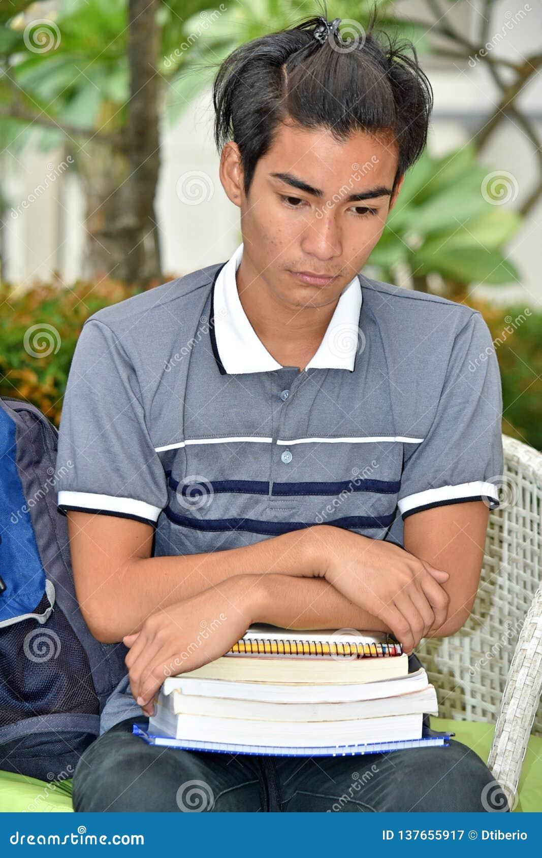 Diverso studente maschio Alone With Notebooks dell istituto universitario