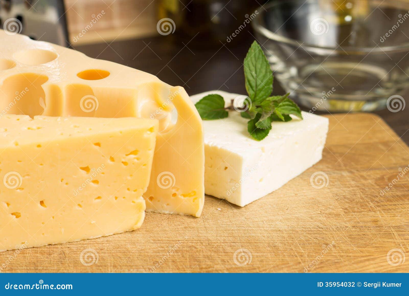 Diverso tipo de queso en el tablero de madera