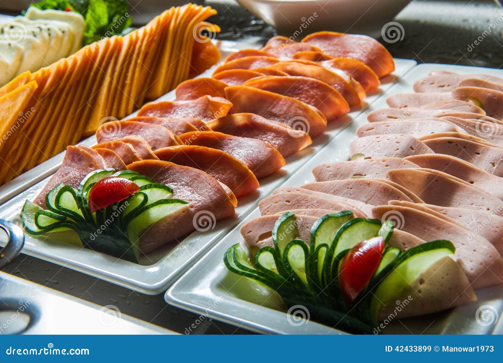 Diversos aperitivos de la carne en comida fría