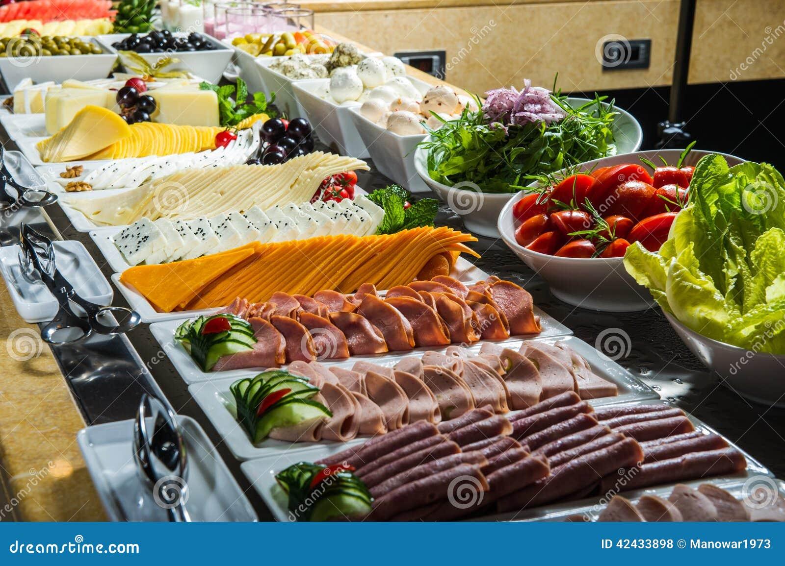 Diversos aperitivos en comida fría