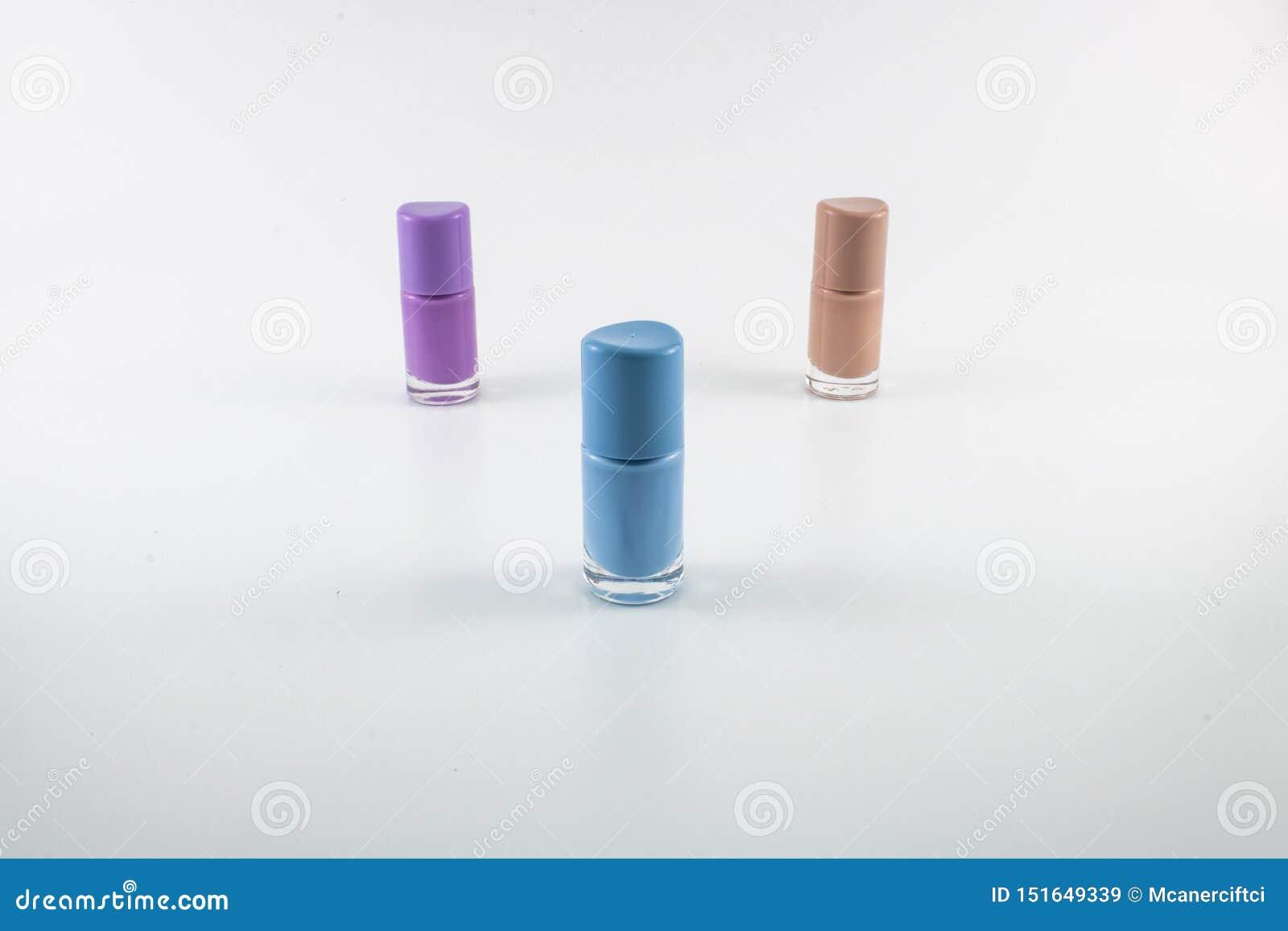 Diversos colores fueron tirados en el estudio del clavo