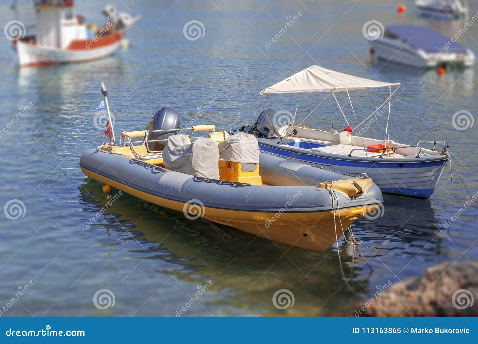 Diversos entraram o barco de motor de madeira do vintage no mar