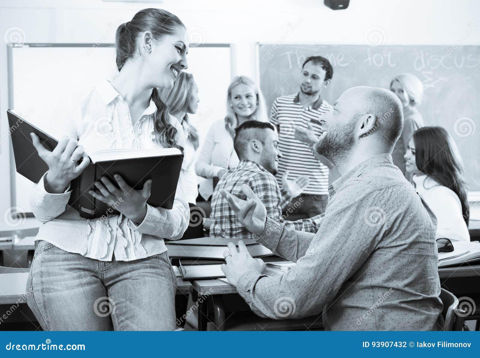 Diversos estudiantes de la edad durante rotura