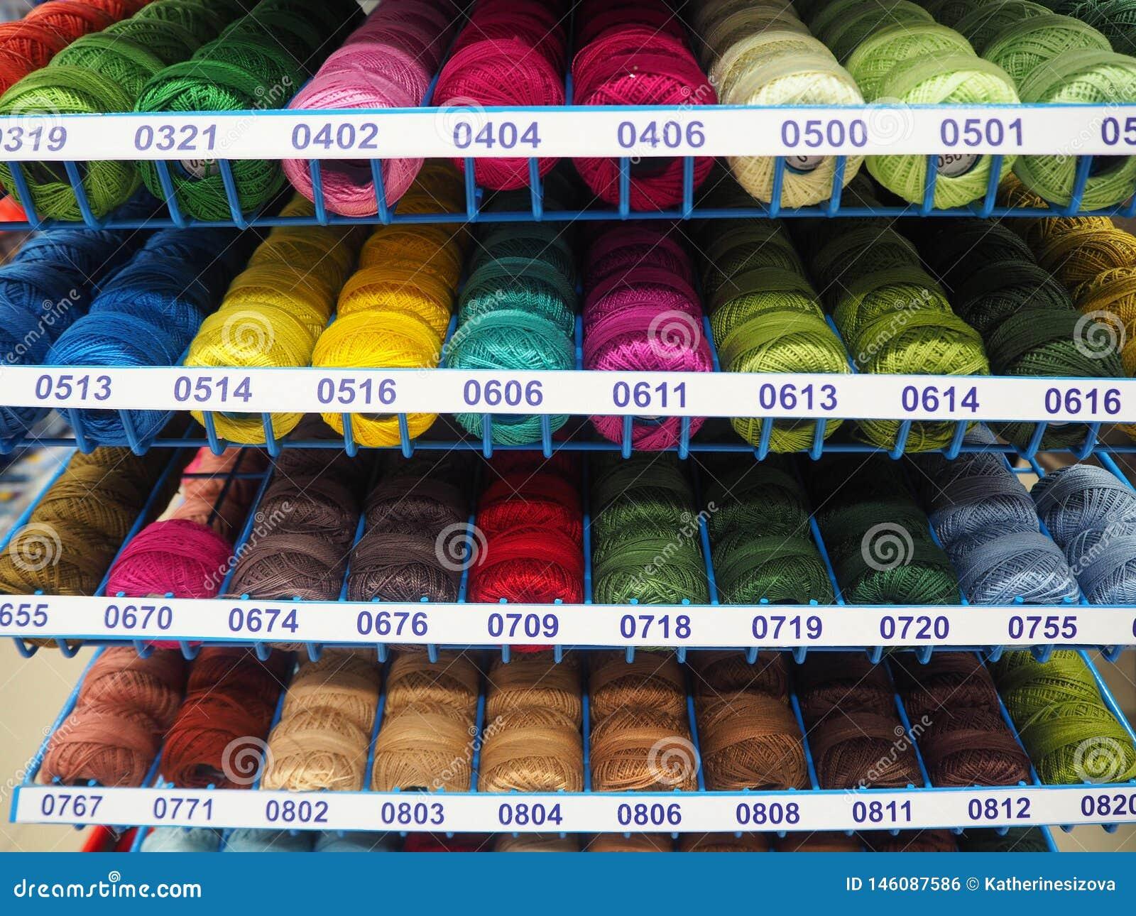 Diversos hilos de los colores para hecho a mano