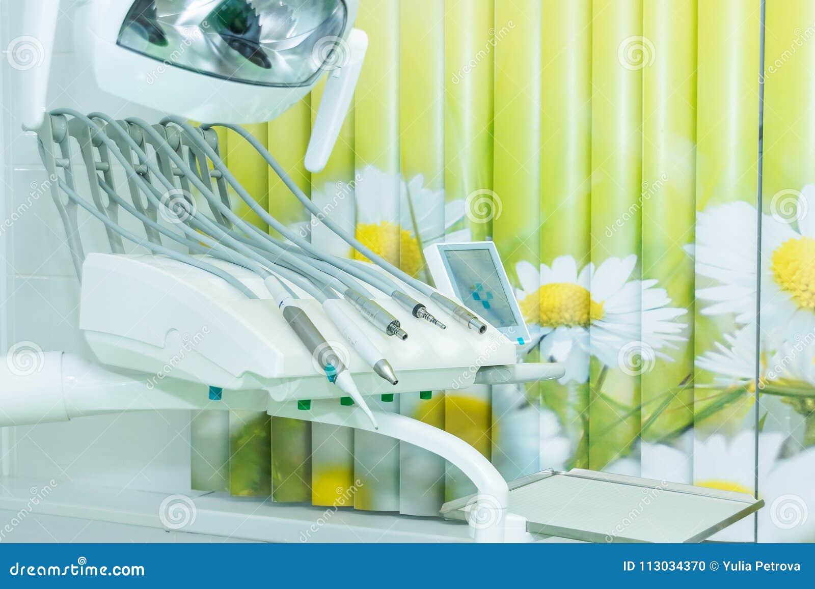 Diversos instrumentos y herramientas dentales en una oficina de los dentistas La oficina blanca moderna de un dentista