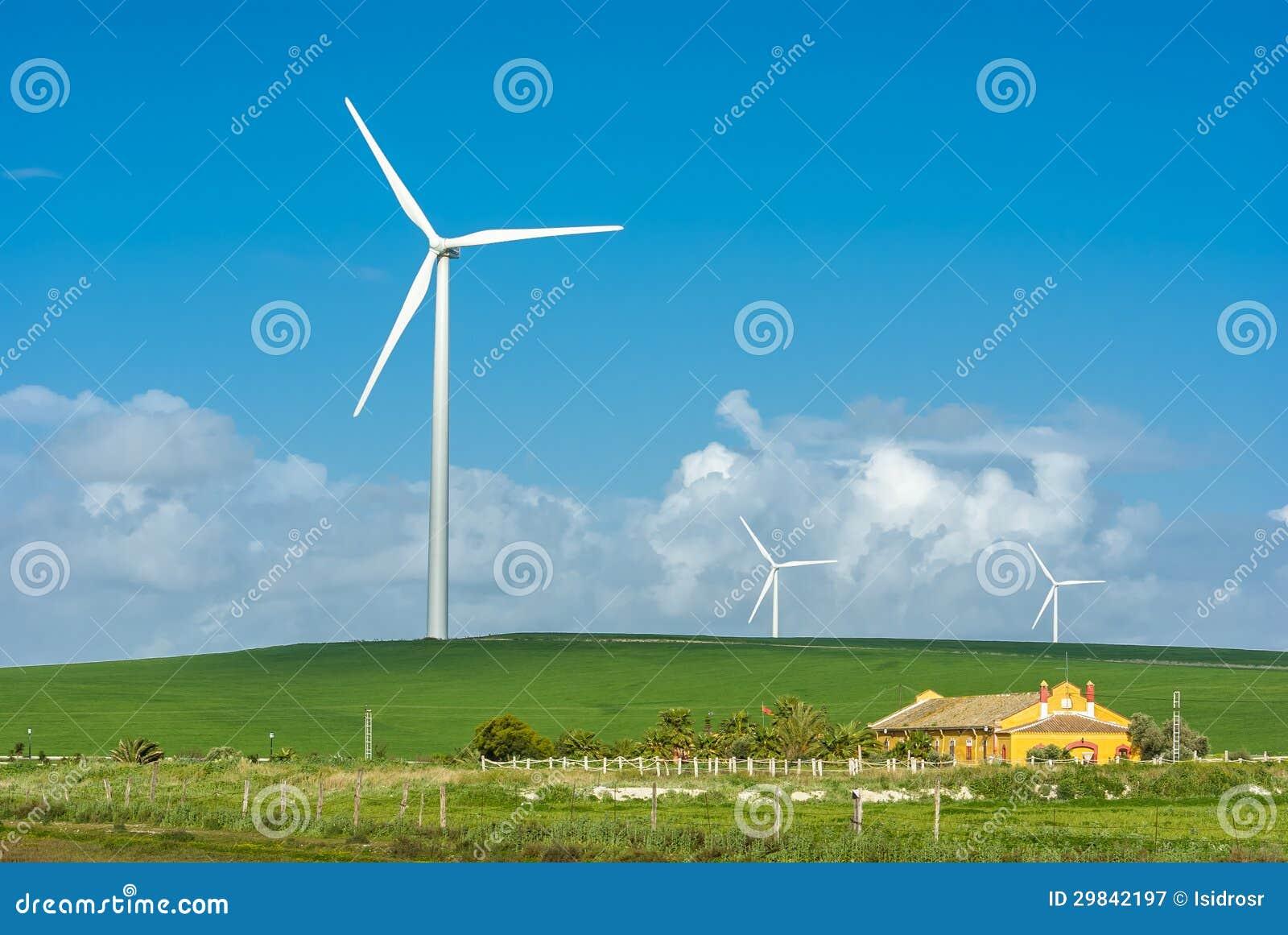 Moinho de vento perto de uma casa