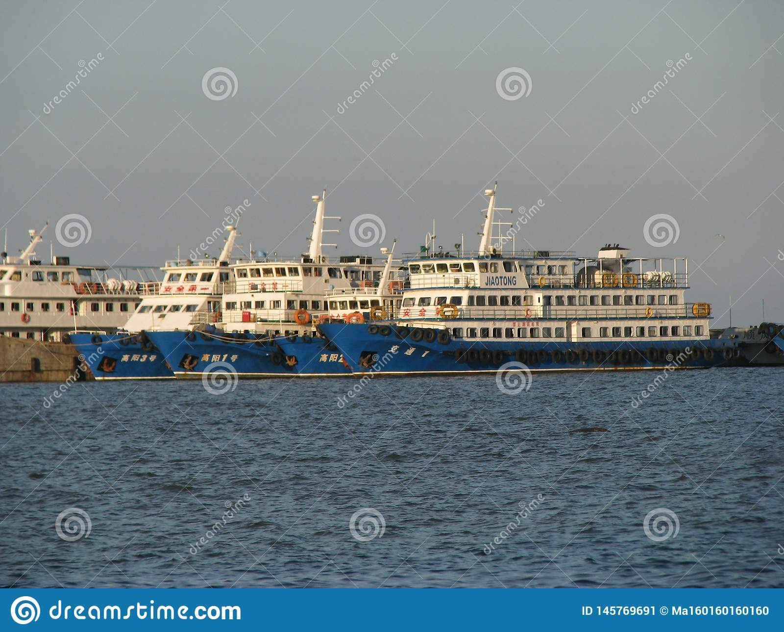 Diversos navios que ficaram no porto
