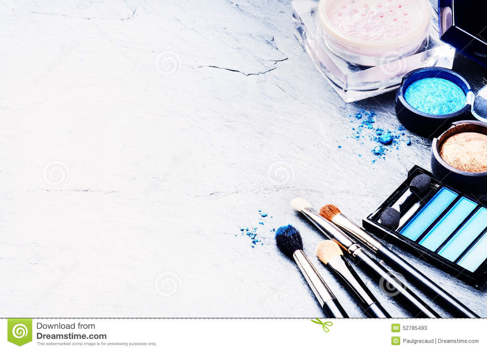 Diversos productos de maquillaje en tono azul