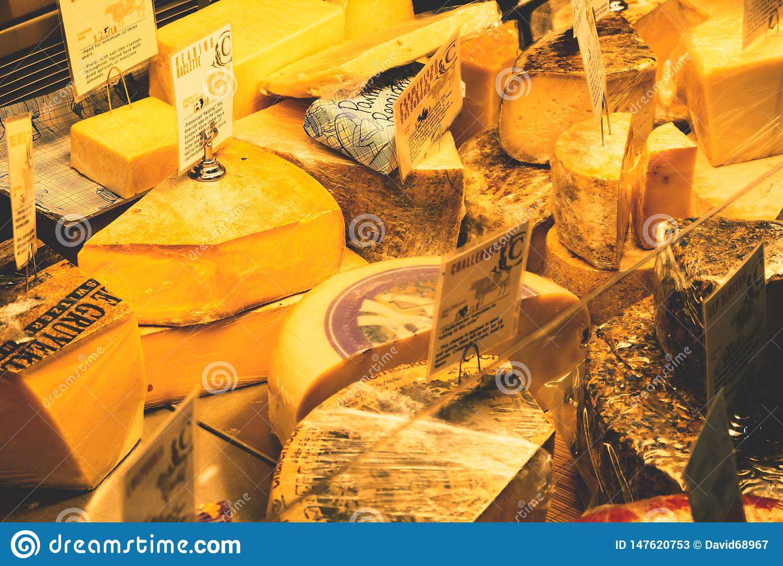 Diversos queijos na exposi??o