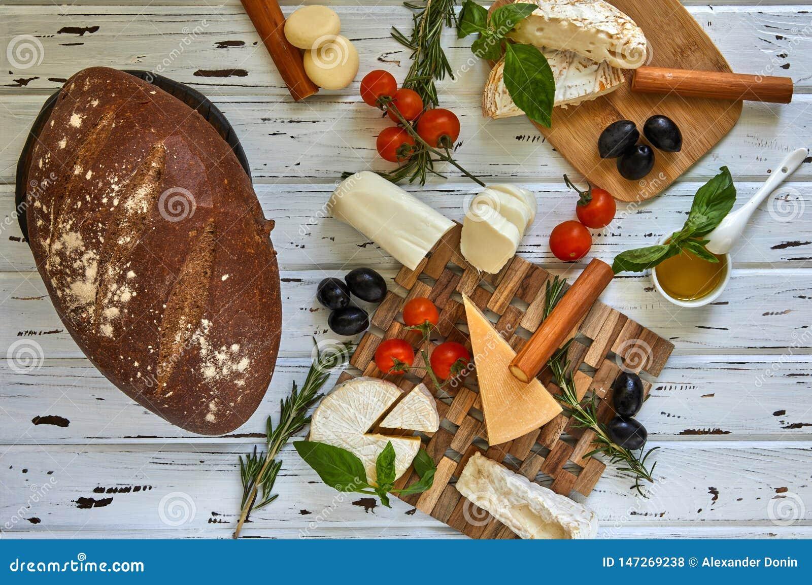 Diversos quesos en la tabla Productos l?cteos frescos