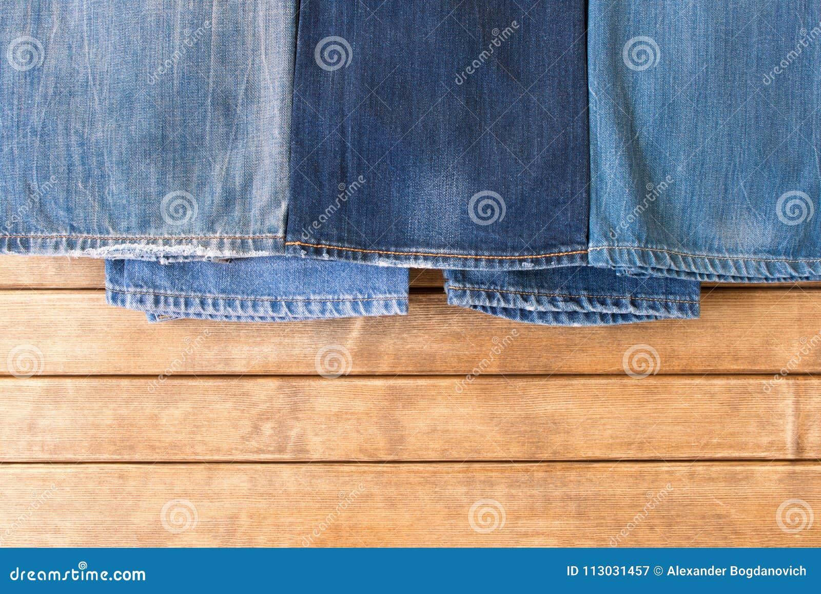 Diversos tejanos en fondo de madera La visión desde la tapa