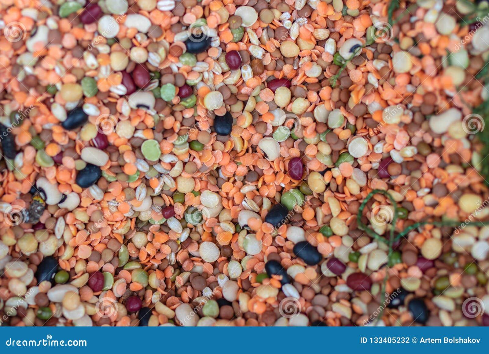 Diversos tipos de legumbres Garbanzos, lentejas rojas, guisantes amarillos