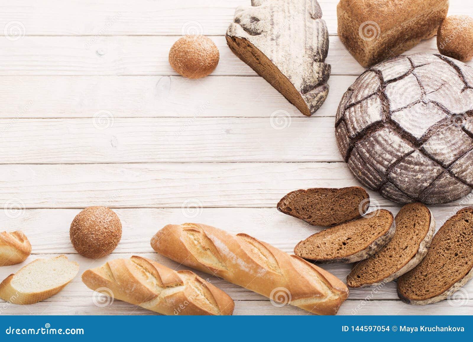 Diversos tipos de pan en fondo de madera