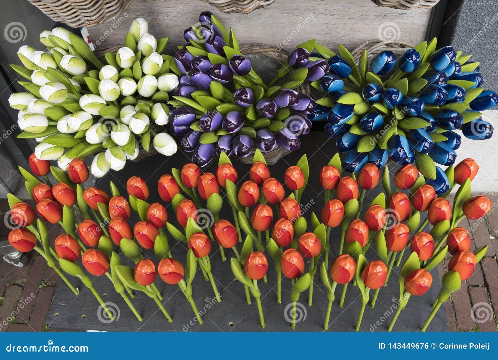 Diversos tulipanes de madera y plásticos como recuerdo holandés