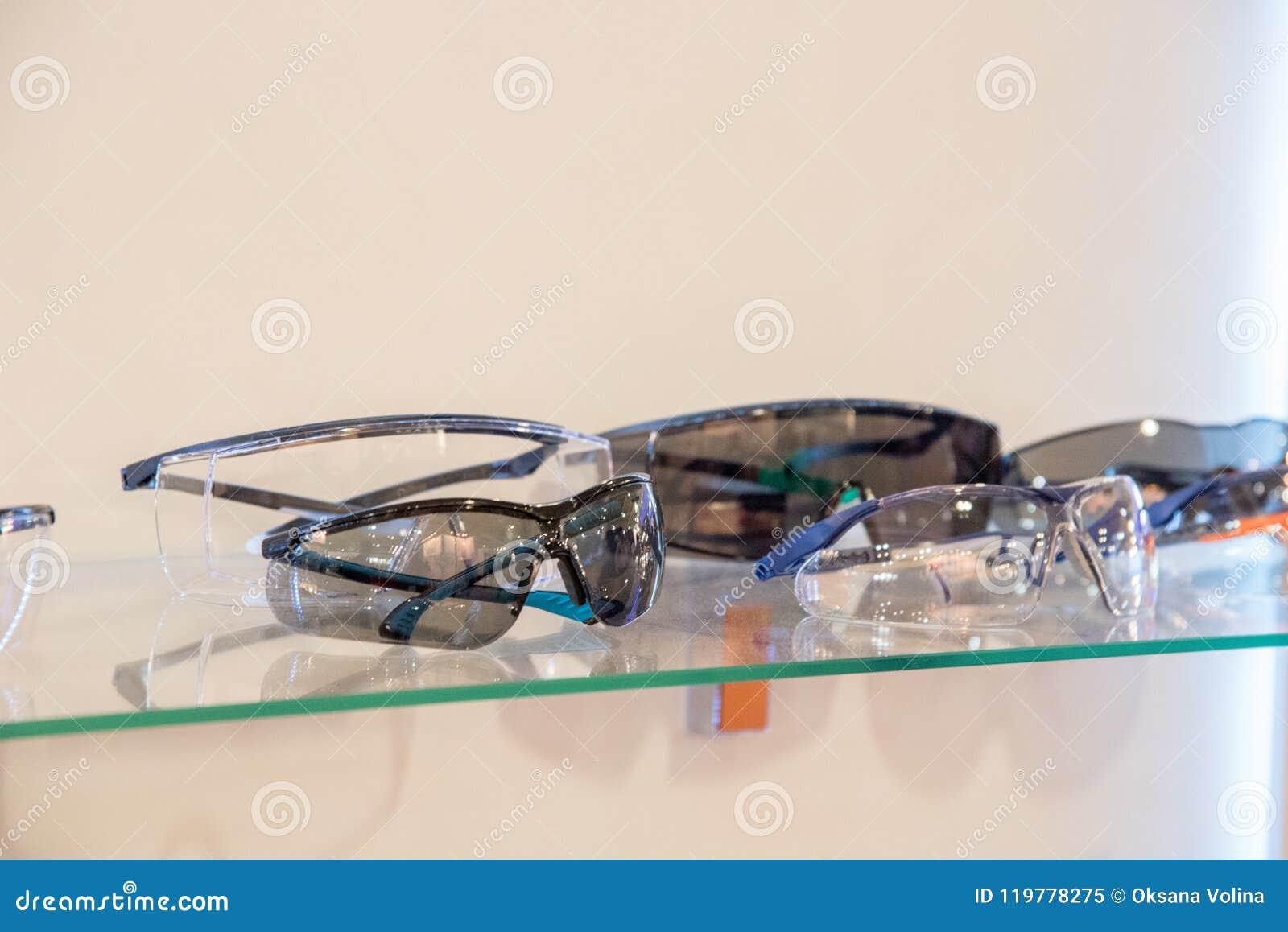 Diversos Vidros Protetores Para Trabalhadores Na Montra Imagem de ... 1c84017d4bf