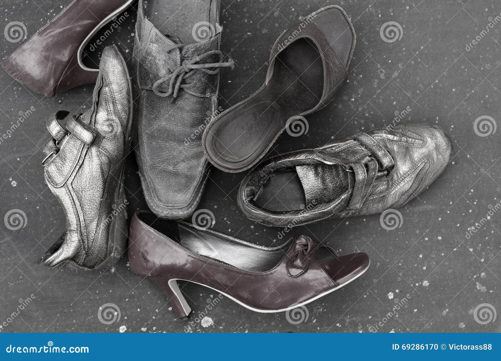 de y blanco Los zapatos arriba pusieron abandonados en la tiro diversos en tierra negro Uw74U8