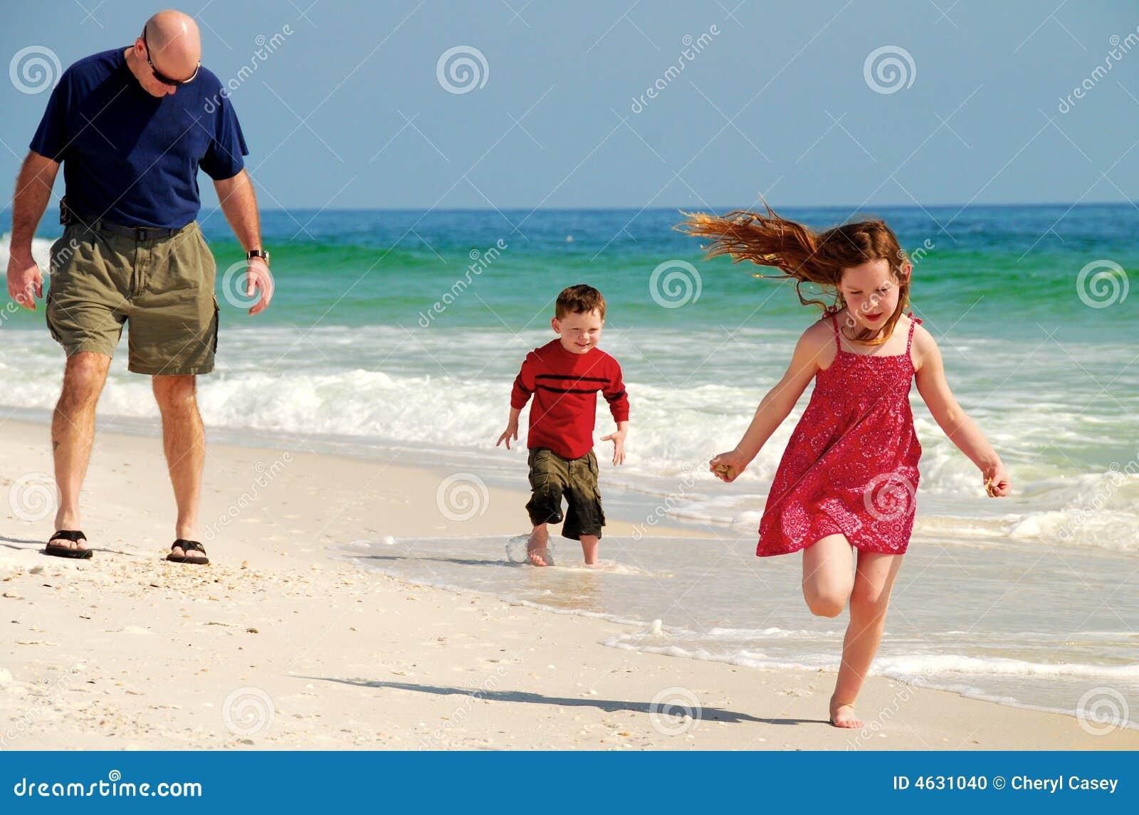 Divertimento da família na praia