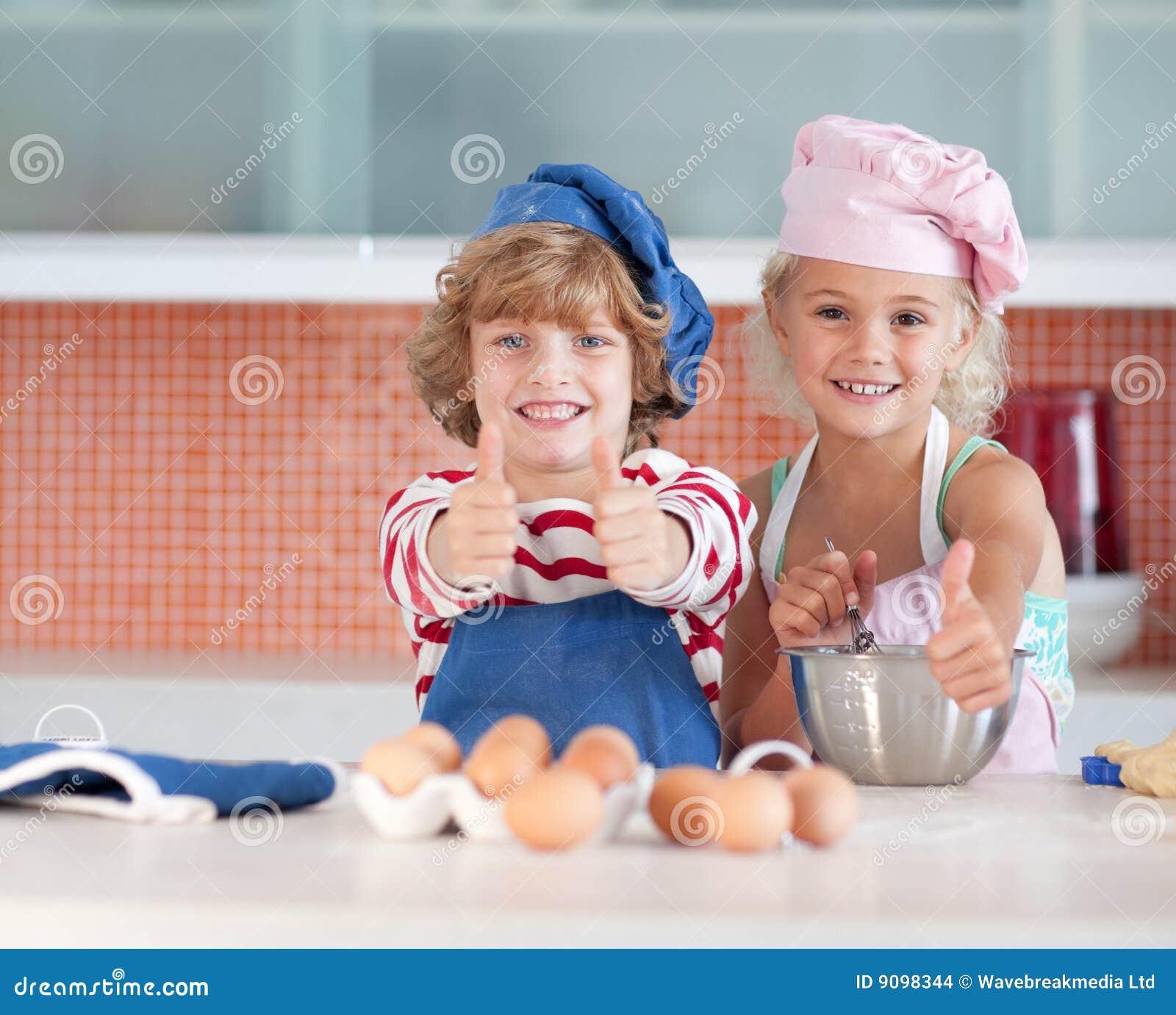 Divertimento dei bambini che ha cucina