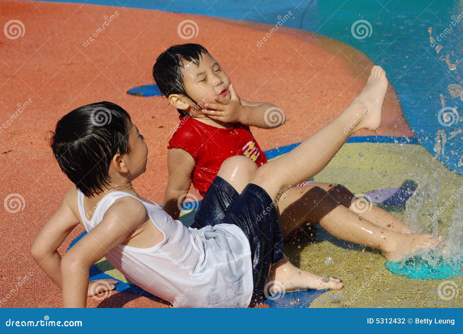 Download Divertimento di estate fotografia stock. Immagine di spruzzata - 5312432
