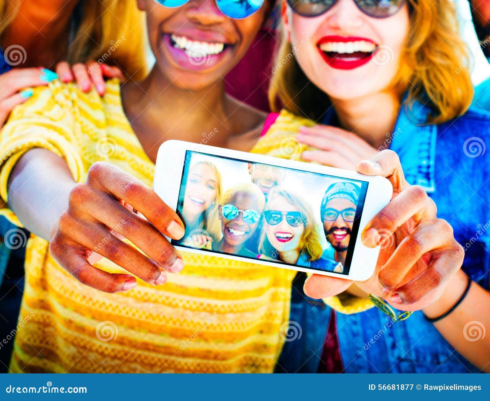 Divertimento diverso dos amigos do verão que liga o conceito de Selfie