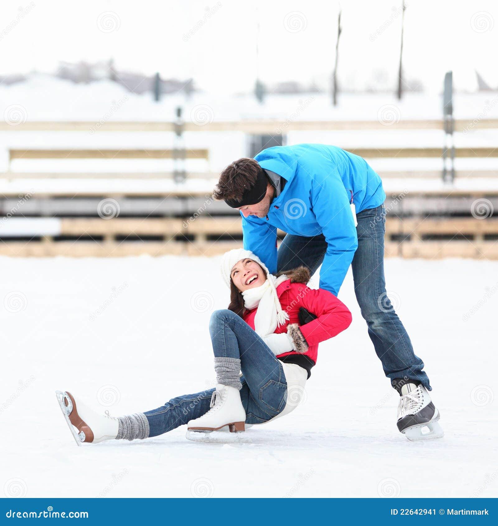 Divertimento do inverno dos pares da patinagem de gelo