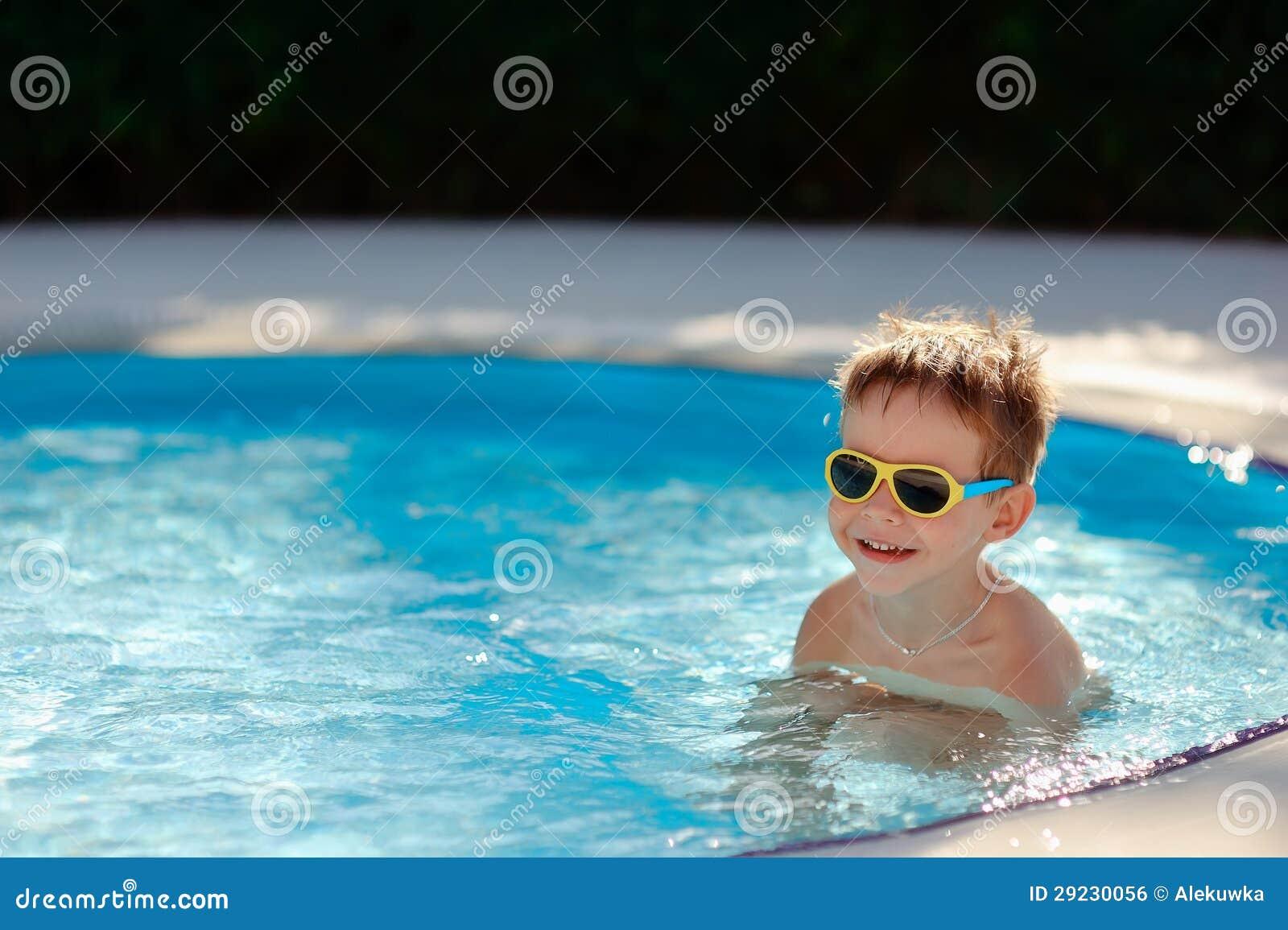 Download Divertimento na água foto de stock. Imagem de ativo, cheerful - 29230056
