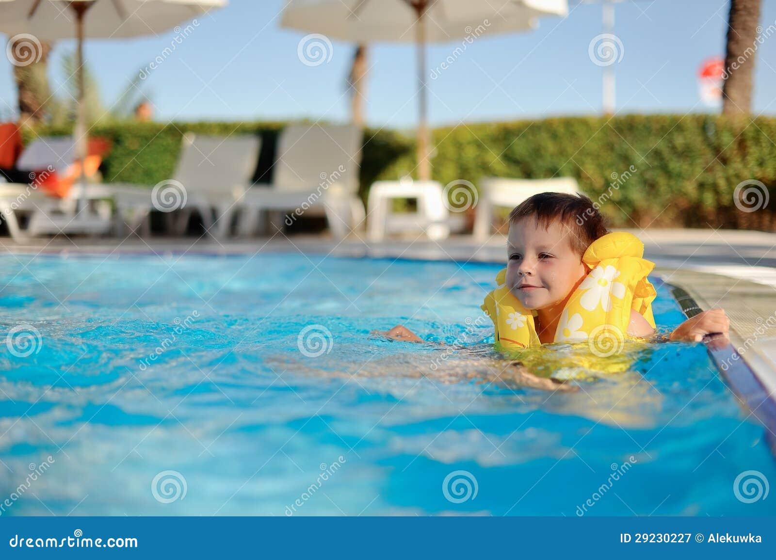 Download Divertimento na água imagem de stock. Imagem de goggles - 29230227