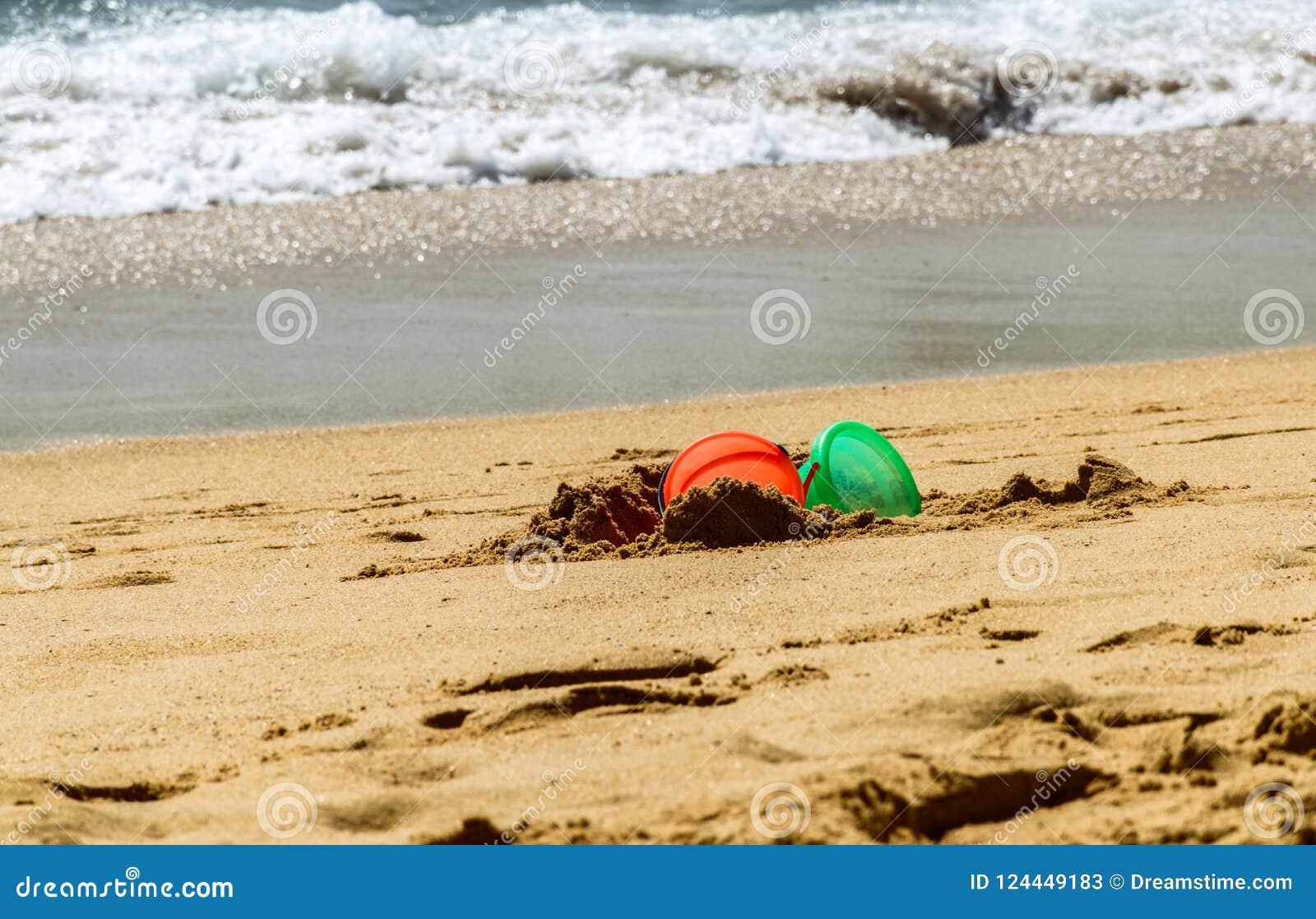 Divertimento na praia com cubetas
