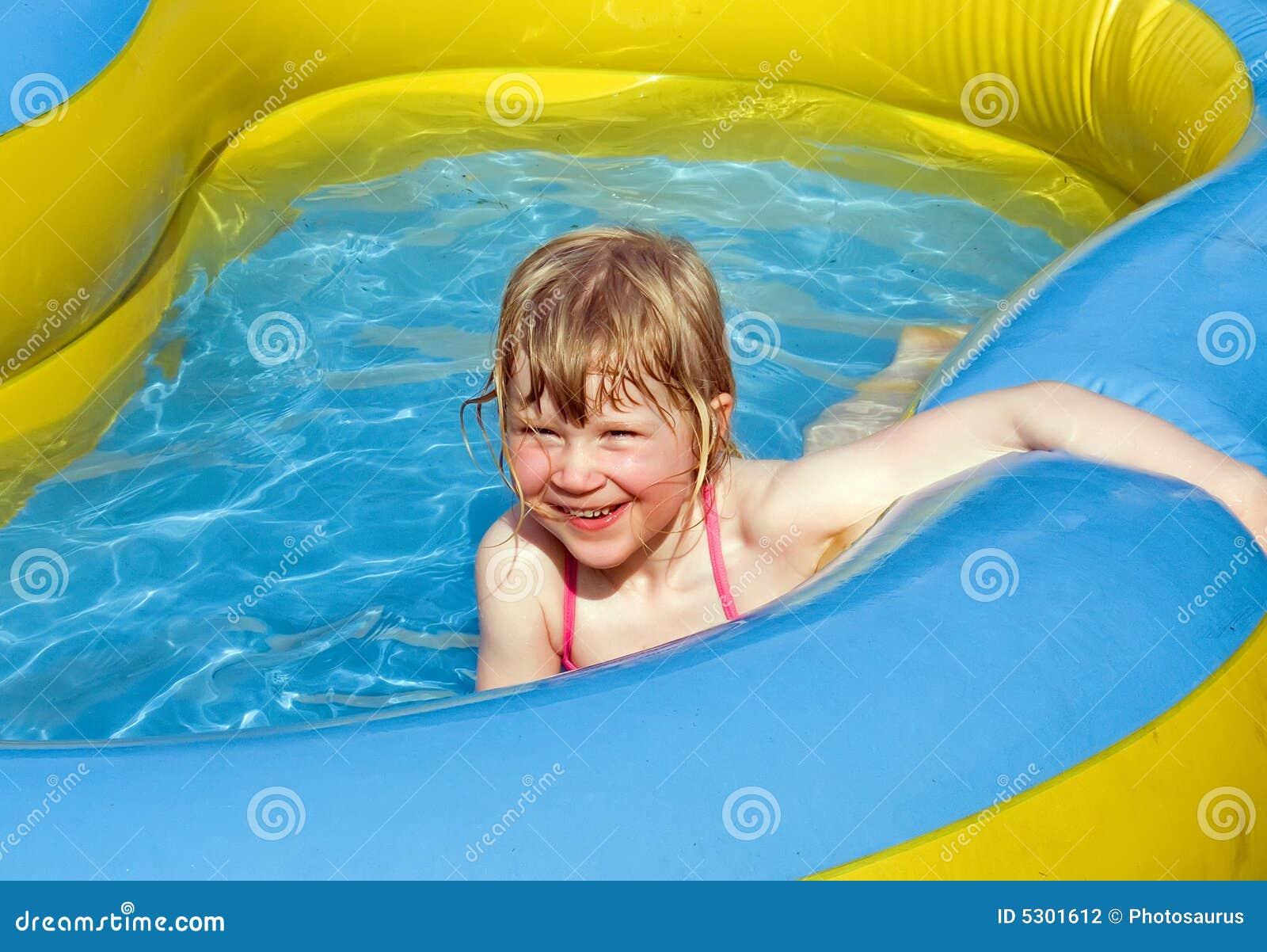 Download Divertimento Nel Raggruppamento Fotografia Stock - Immagine di ragazza, bambini: 5301612