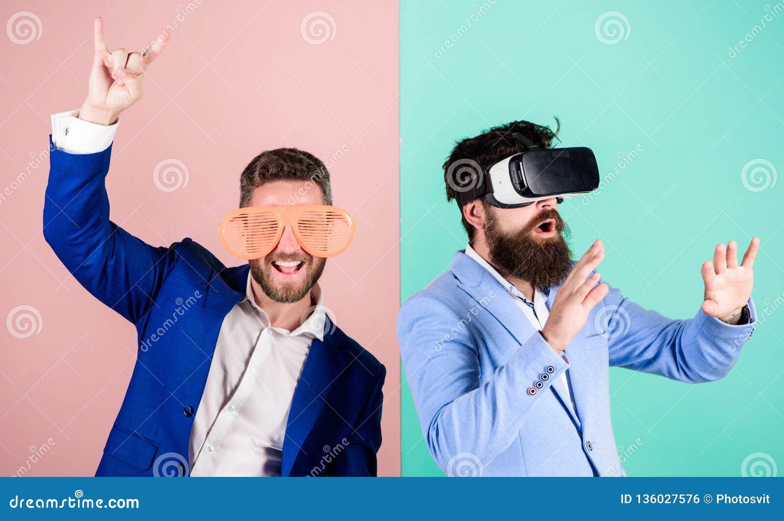 Divertimento real e alternativa virtual Homem com a barba em vidros de VR e no acessório plástico louvered O indivíduo interage e