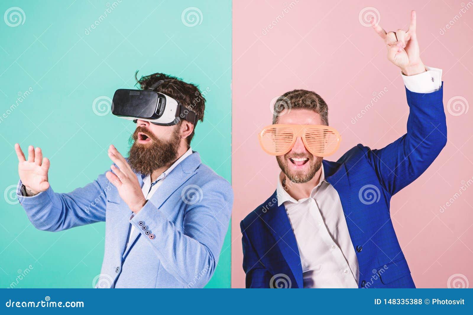 Divertimento real e alternativa virtual Homem com a barba em vidros de VR e no acess?rio pl?stico louvered O indiv?duo interage e