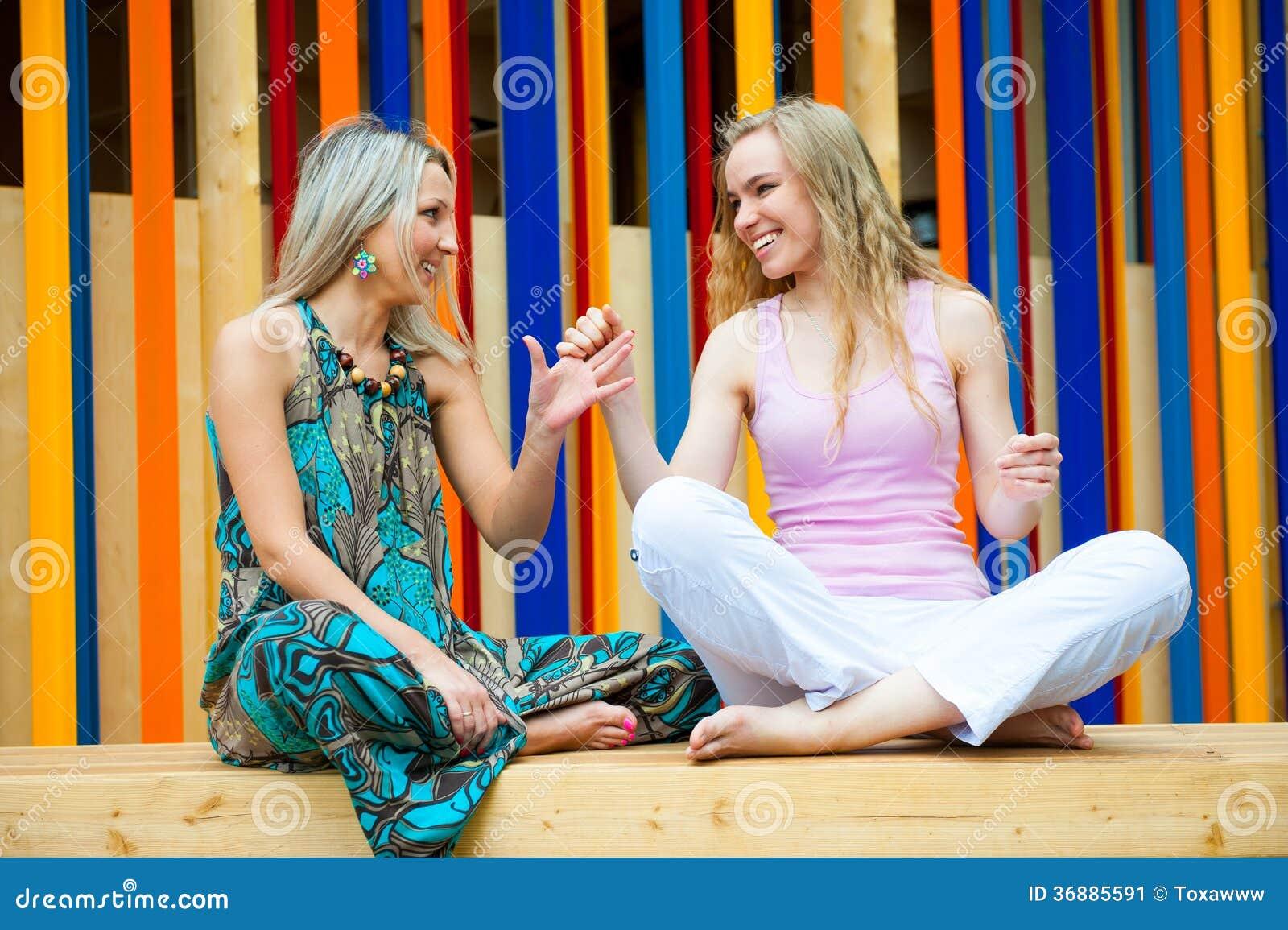 Download Divertiresi Di Due Giovani Donne Immagine Stock - Immagine di nave, people: 36885591