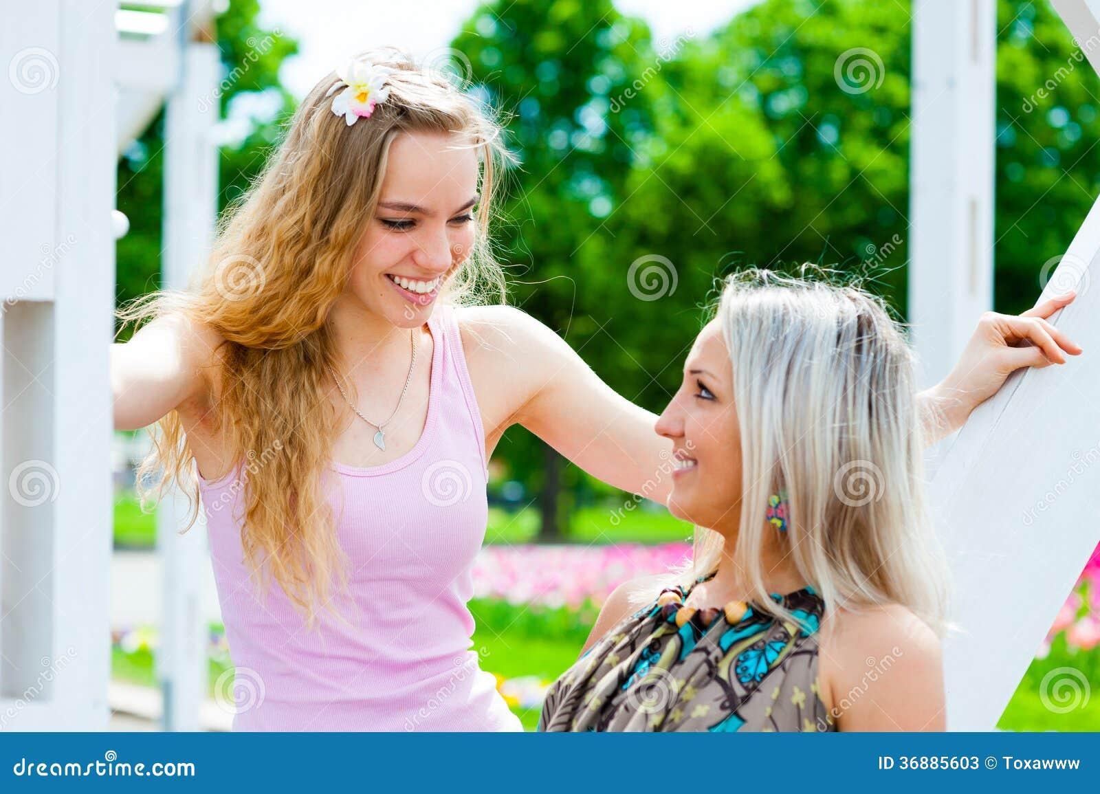 Download Divertiresi Di Due Giovani Donne Immagine Stock - Immagine di godere, lifestyle: 36885603