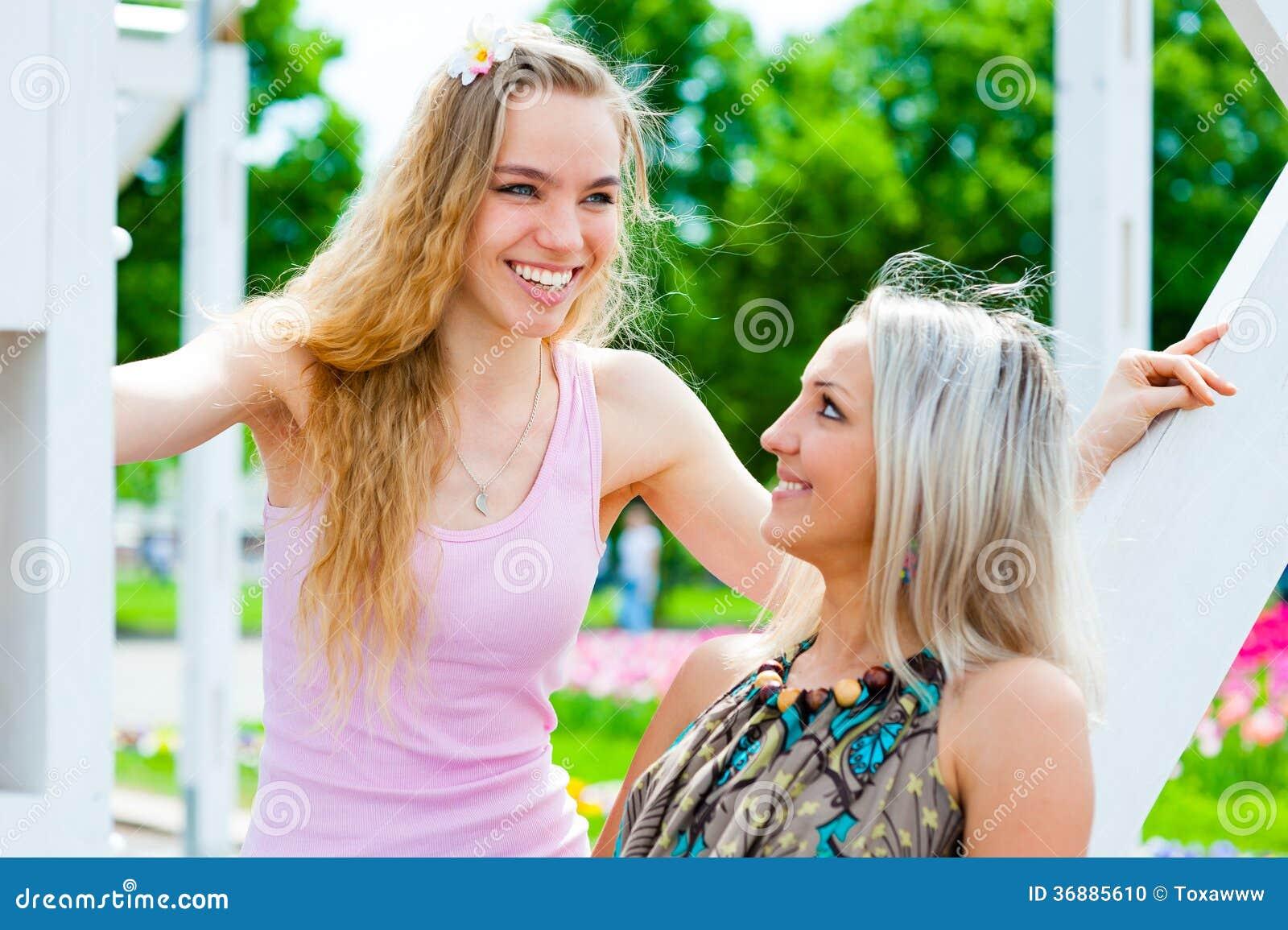 Download Divertiresi Di Due Giovani Donne Fotografia Stock - Immagine di amici, cute: 36885610