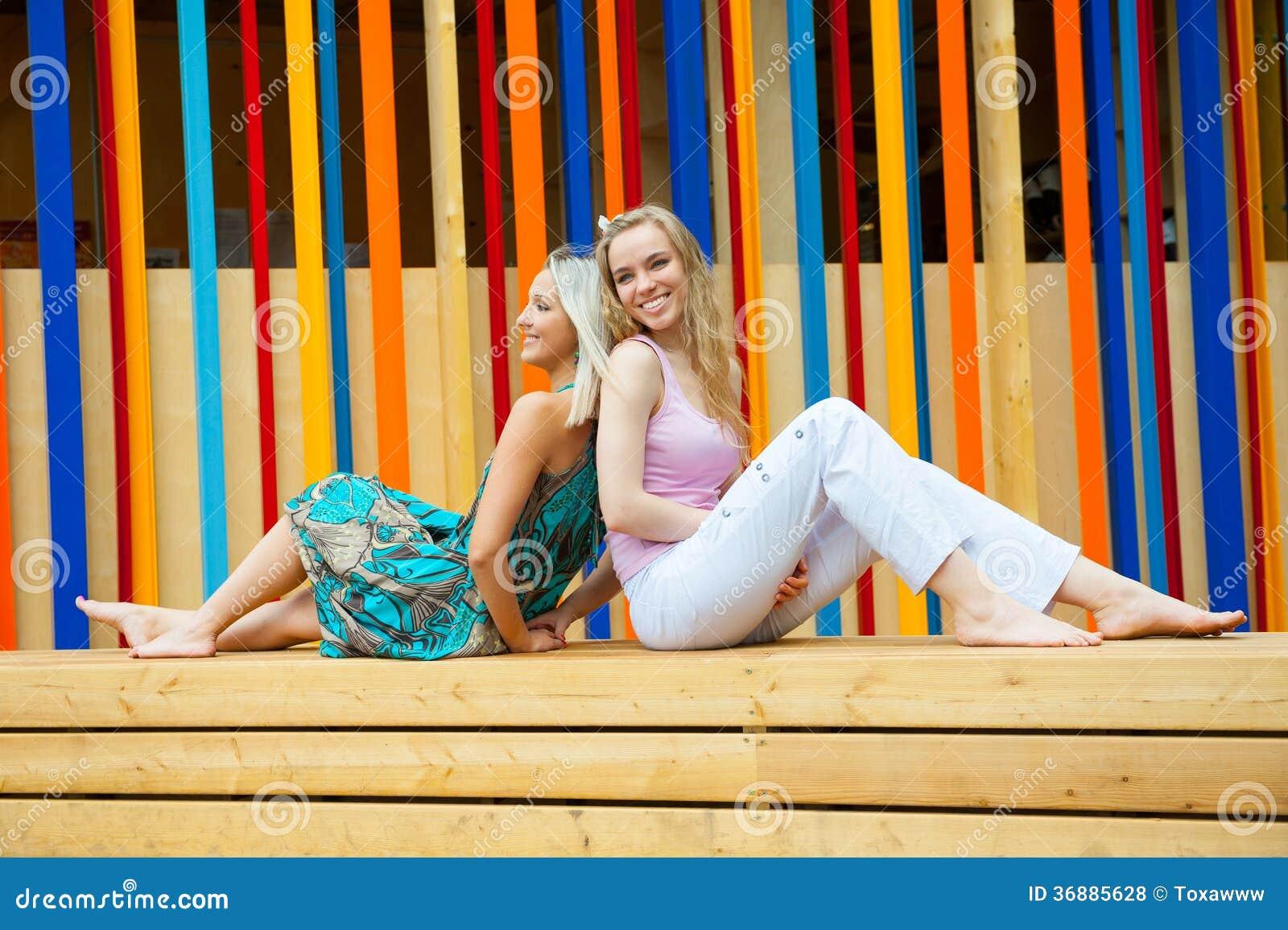 Download Divertiresi Di Due Giovani Donne Fotografia Stock - Immagine di godere, esterno: 36885628