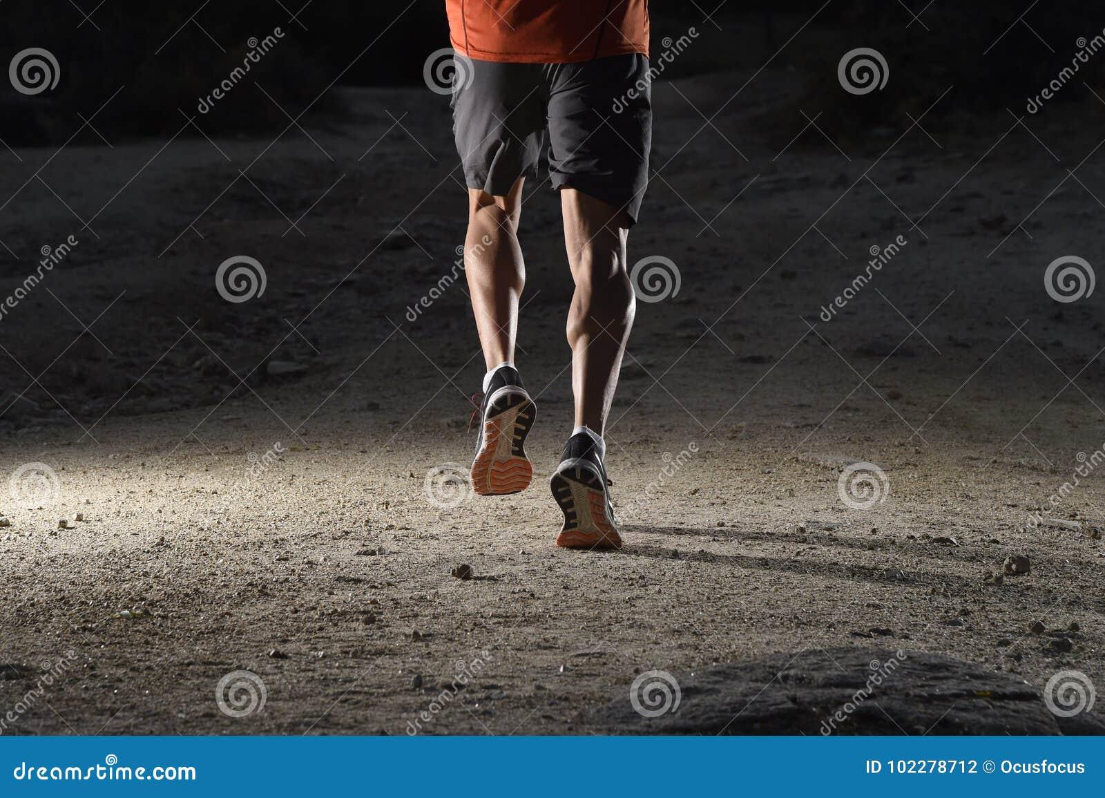 Diviértase Al Hombre Con Las Piernas Atléticas Y Musculares Rasgadas ...