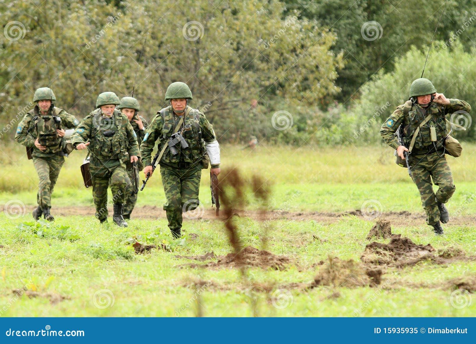 Divisão aerotransportada dos exercícios de borne de comando em Rússia