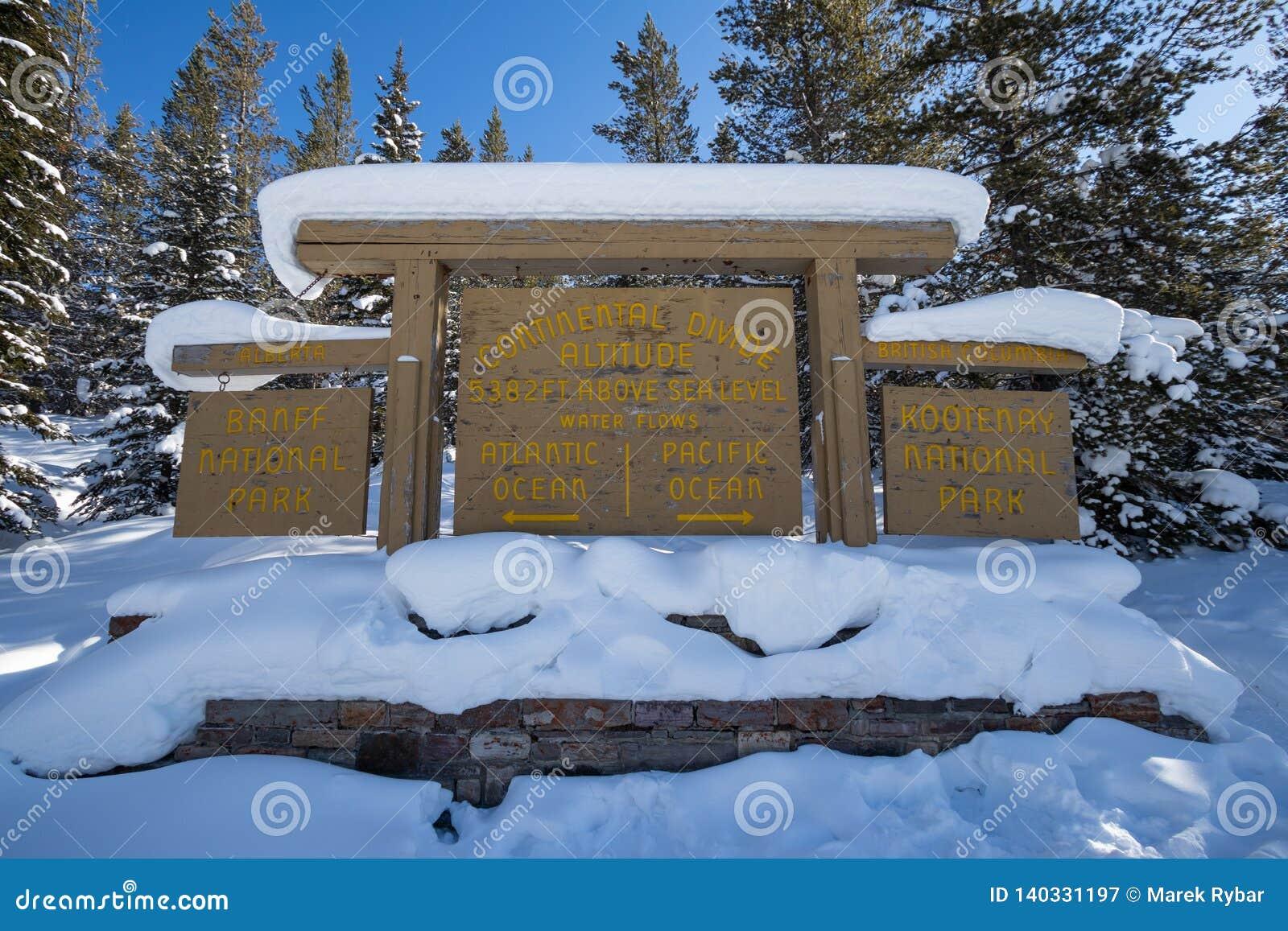 Divisoria continental en la frontera de Banff y de los parques nacionales de Kootenay, paso bermellón, Alberta, Columbia Británic