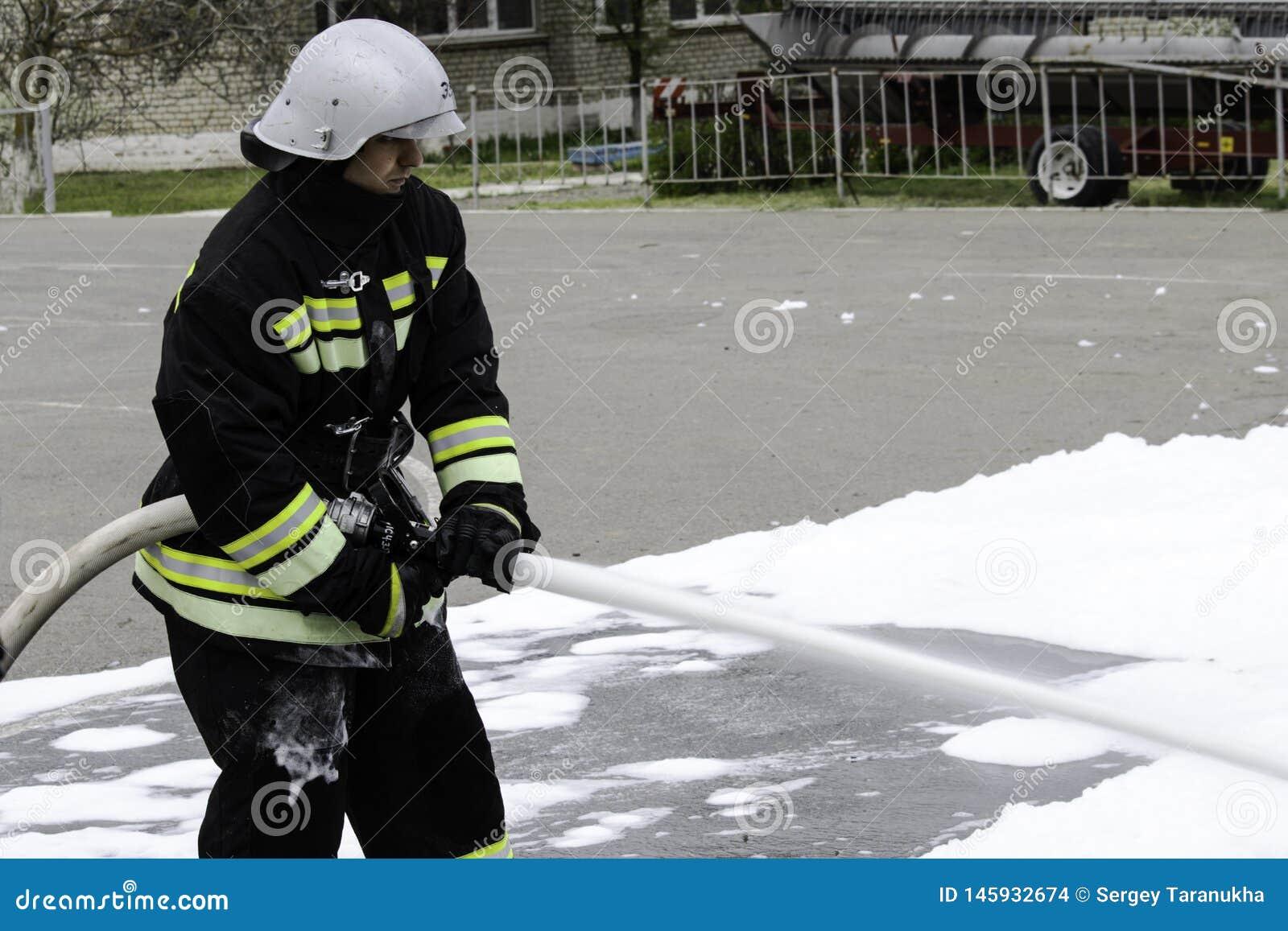 04 24 2019 Divnoye Stavropol territorium, Ryssland Demonstrationer av r?ddare och brandm?n av en lokal brandstation i