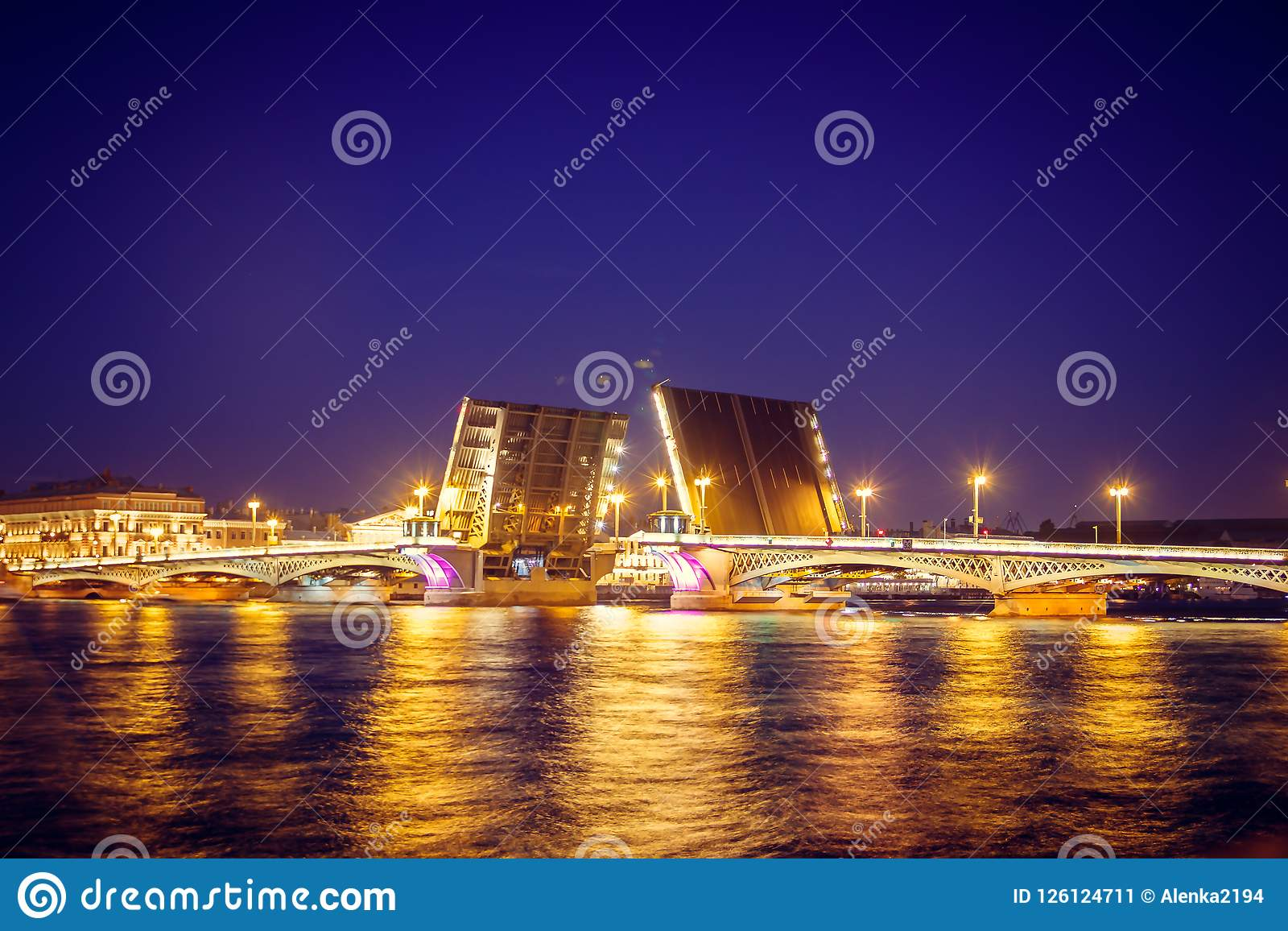 Divorce des ponts à St Petersburg Ville de nuit de la Russie Le fleuve de Neva
