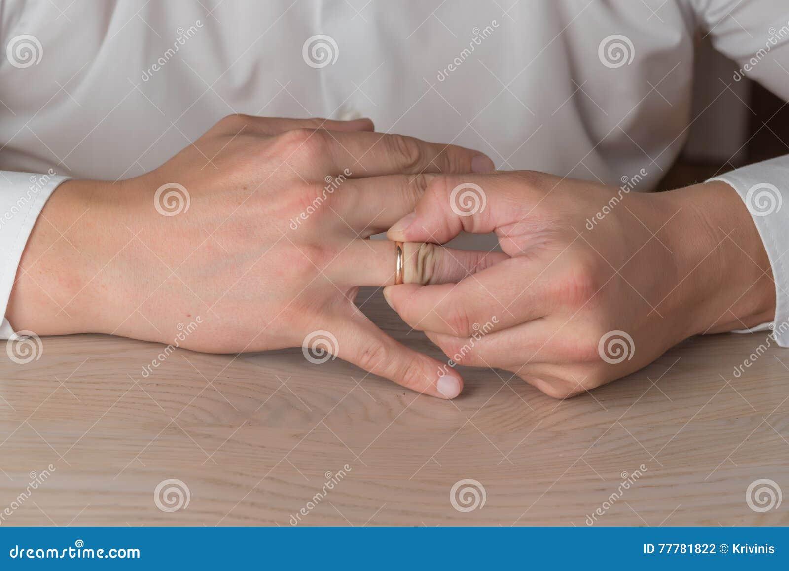 Divorzio, separazione: uomo che rimuove nozze o anello di fidanzamento