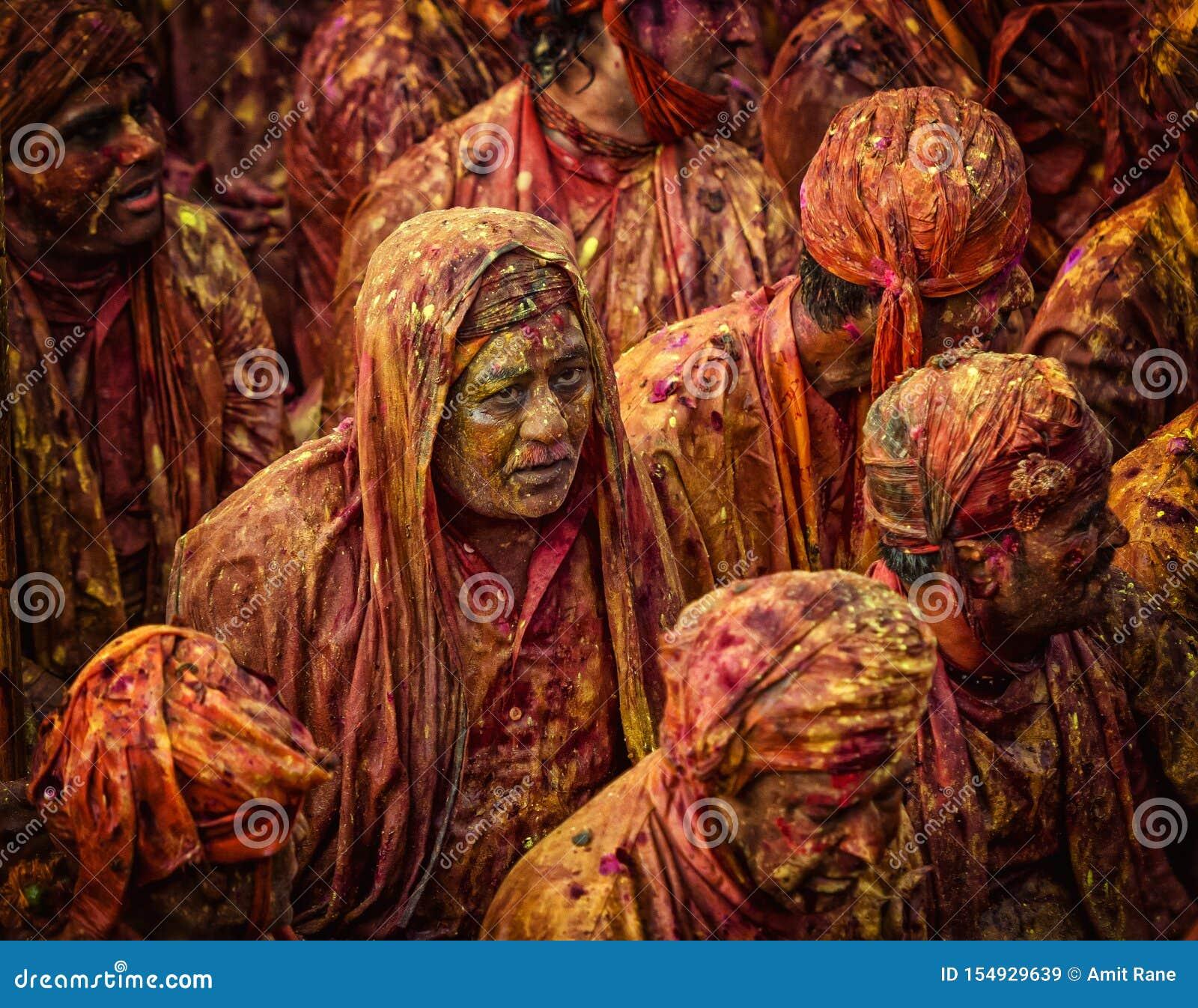 Divotee που τραγουδά Bhajans σε Samaj σε Nandgaon, Ούτα Πράτες, Ινδία