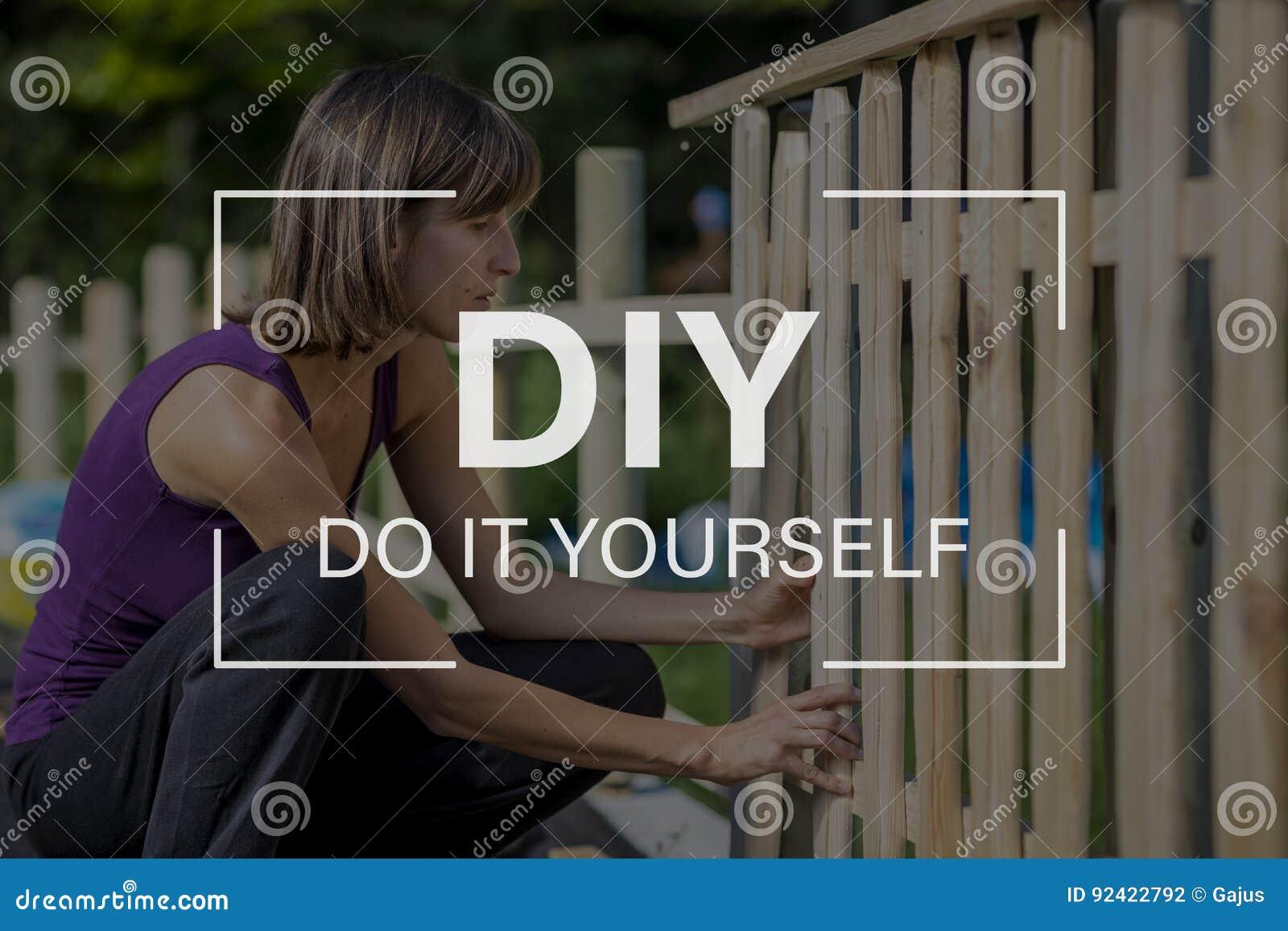 DIY-begrepp med en kvinna som bygger ett trädgårds- staket