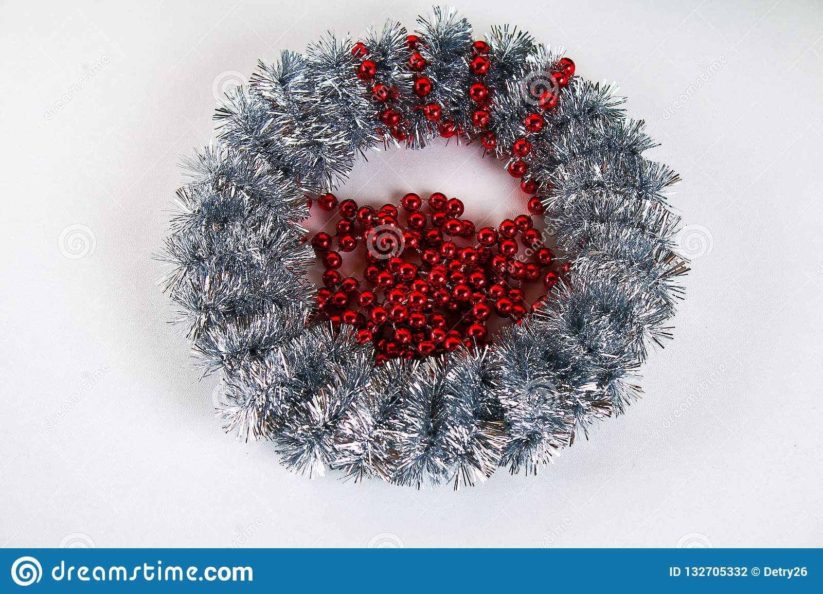 Diy Christmas wreath. Guide on the photo how to make a Christmas wreath with your own hands from a cardboard plate, tinsel, beads
