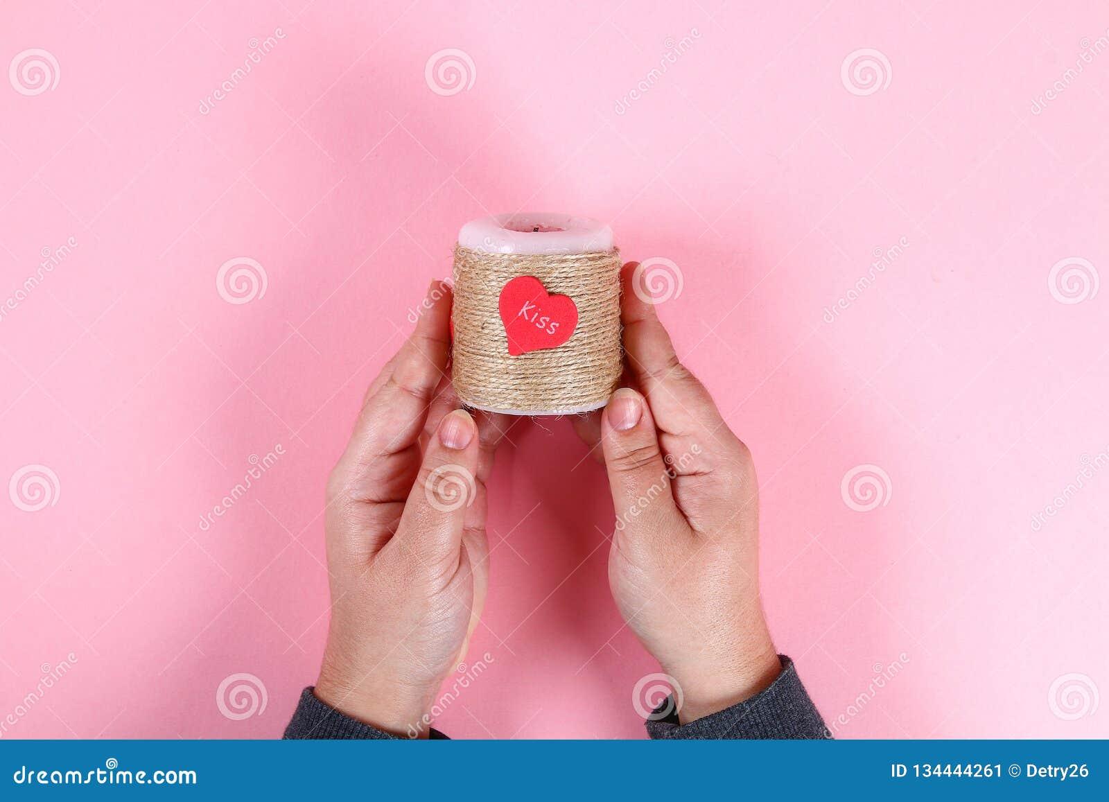 DIY Kaars voor de Dag van de Valentijnskaart Decor met uw eigen handen voor 14 Februari van kaarsen, streng en harten Hoogste men