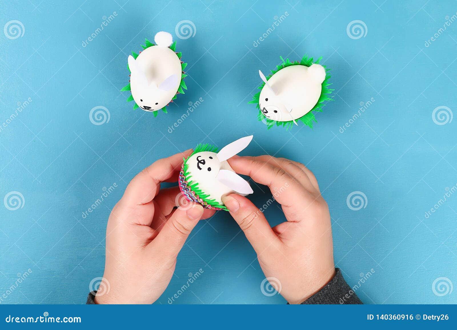 Diy-Kaninchen von Ostereiern auf blauem Hintergrund Geschenkideen, Dekor Ostern, Frühling handmade