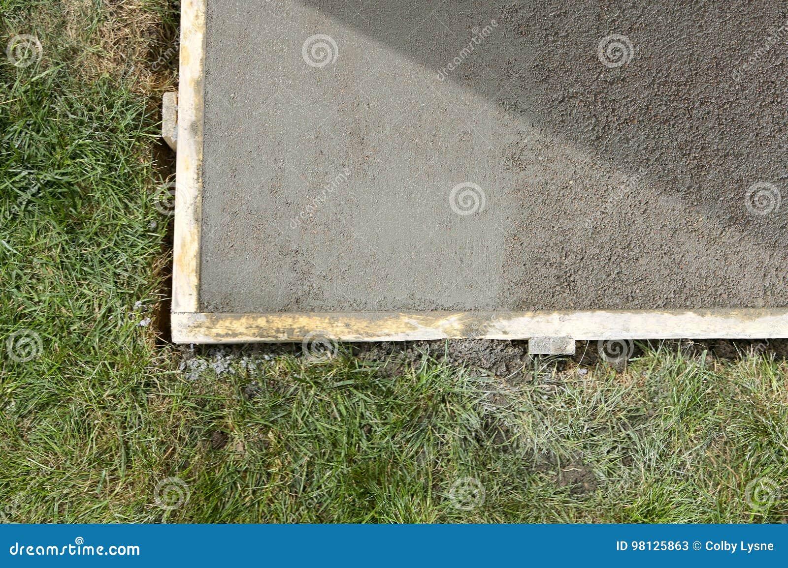 diy ont mouillé la dalle en béton et le travail en bois de forme