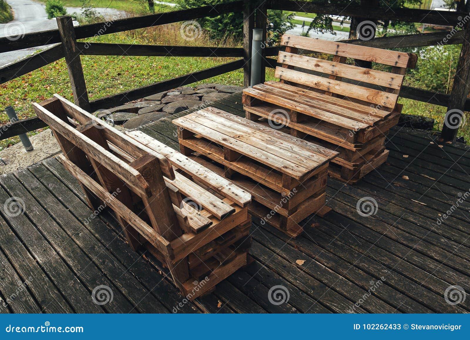 DIY-Palettenmöbel stockbild. Bild von ökologisch, draußen - 102262433